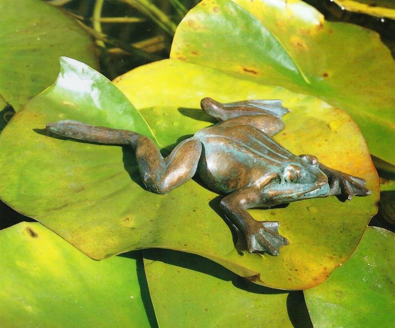 Bronzefigurenam und im Wasser